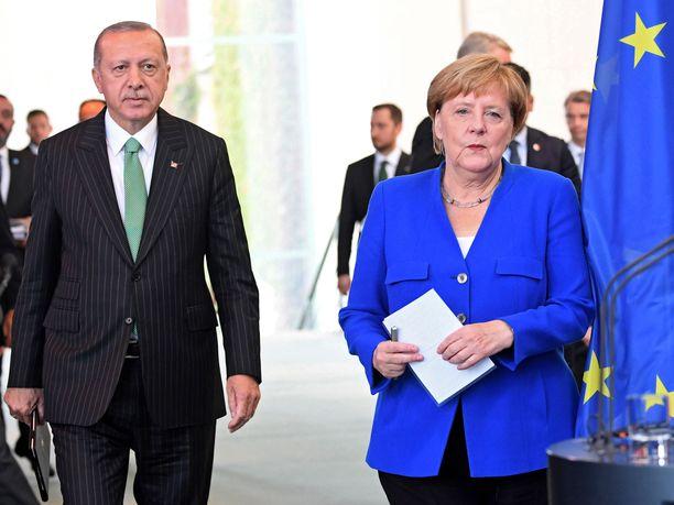 Turkin presidentti ja Saksan liittokansleri tapasivat Berliinissä. Saksassa asuu yli neljä miljoonaa turkkilaista alkuperää olevaa ihmistä.