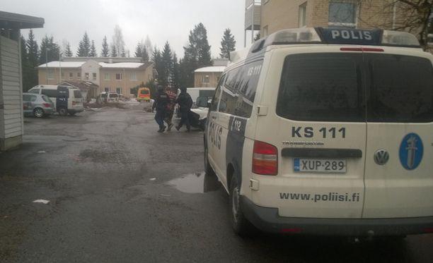 Silminnäkijän mukaan rakennuksesta tuotiin ulos kolme nuorta miestä ja yksi nainen, joka huuteli poliisille asunnon parvekkeelta.