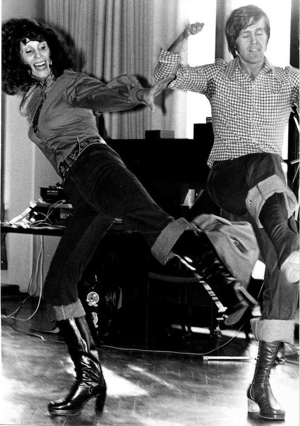 Aira ja Ekku tanssin pyörteissä.
