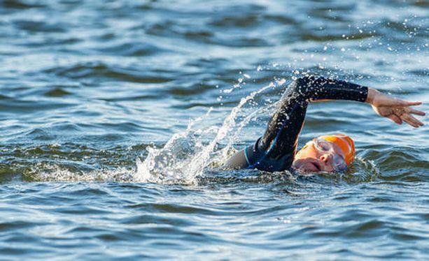 Luonnonvedessä uinti voi tarjota mieleenpainuvia hetkiä luonnossa.