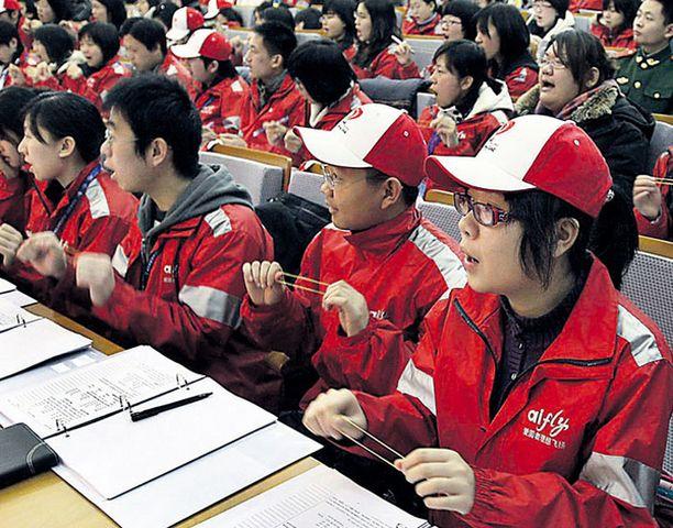 Hymyä huuleen Pekingin olympialaisten tulevia työntekijöitä opetetaan hymyilemään oikein ja lausumaan englantia.