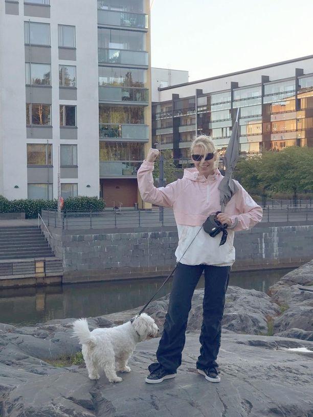 Tällaiset varusteet Anne-Mari Raivistolla on nykyään, kun hän lähtee lenkille Peppi-koiran kanssa. Sateenvarjolla voi häätää tarvittaessa variksia.