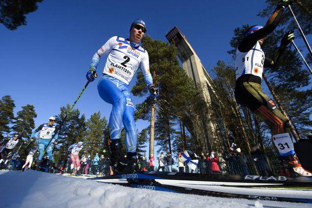 Matti Heikkinen hiihti viime talvena Lahdessa MM-pronssille vapaan viidelläkympillä.