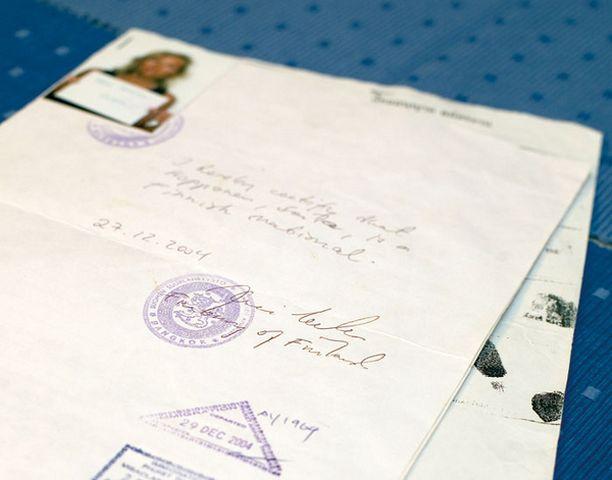 Nämä paperit, valokuva ja sormenjäljet toimivat Soilan matkustusasiakirjoina takaisin Suomeen.