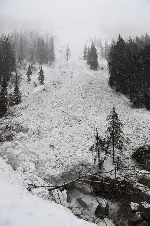Näky lumivyöryn jälkeen Tirolissa.