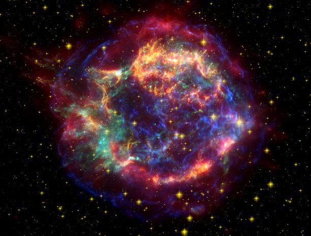Supernovan jäänne. Tämä väärävärinen kuva Cassiopeia A:n supernovan jäänteestä on otettu laajalla aallonpituusalueella infrapunasta röntgeniin. Cassiopeia A:n tarkka räjähdyshetki ei ole tiedossa, mutta se sijoittuu välille 1680–1700.