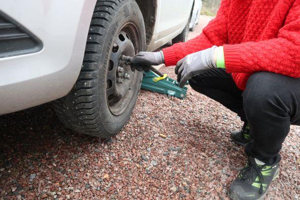 Renkaanvaihto on jokakeväinen ja -syksyinen askare suomalaisille autoilijoille.