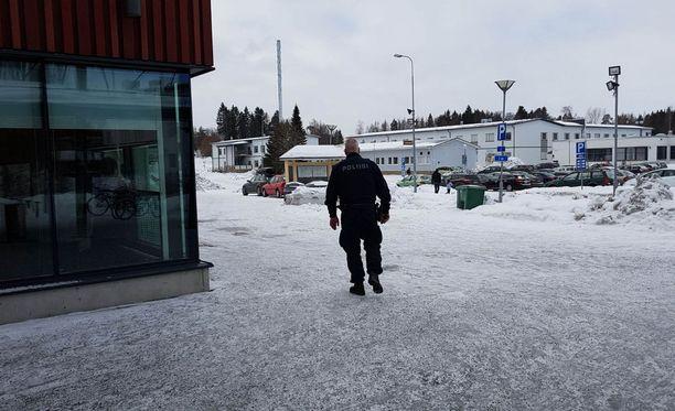 Pommiuhkaus käynnisti poliisioperaation Pirkkalan koulukeskuksessa tiistaiaamuna. Mitään vaaran aiheuttajaa ei löytynyt.