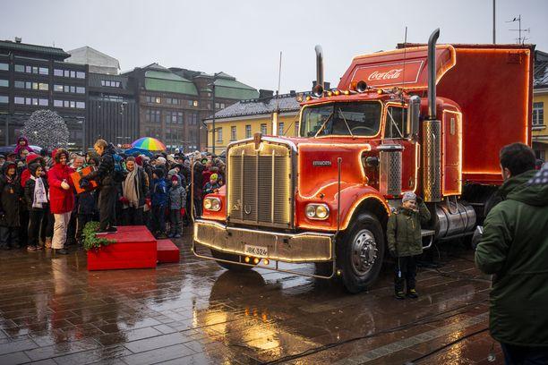 Vesisateesta huolimatta Helsingin Narinkkatorille saapui sankoin joukoin ihmisiä.