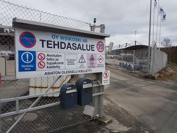 Woikosken kaasutehdas joutui ajamaan toimintojaan alas junanvaunusta vesistöön päässeen myrkkykemikaalin takia. Tehtaalle tuodaan maanantaista alkaen tankkiautoilla puhdasta vettä.