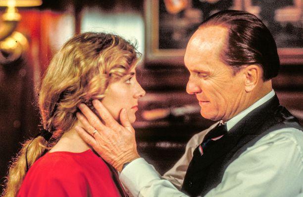 Elokuvassa Komentaja on sarjaa huomattavasti vanhempi mies.