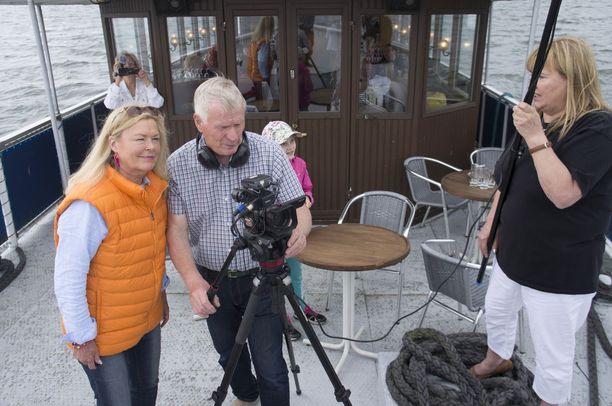Kuvassa ohjaaja Tertta Saarikko dokumenttielokuvan Lemmenladun kuvaustilanteessa.