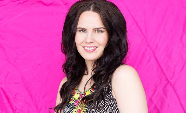 Tuuhea tukka ja kevyt meikki kruunaavat 31-vuotiaan laulajan kevättyylin.