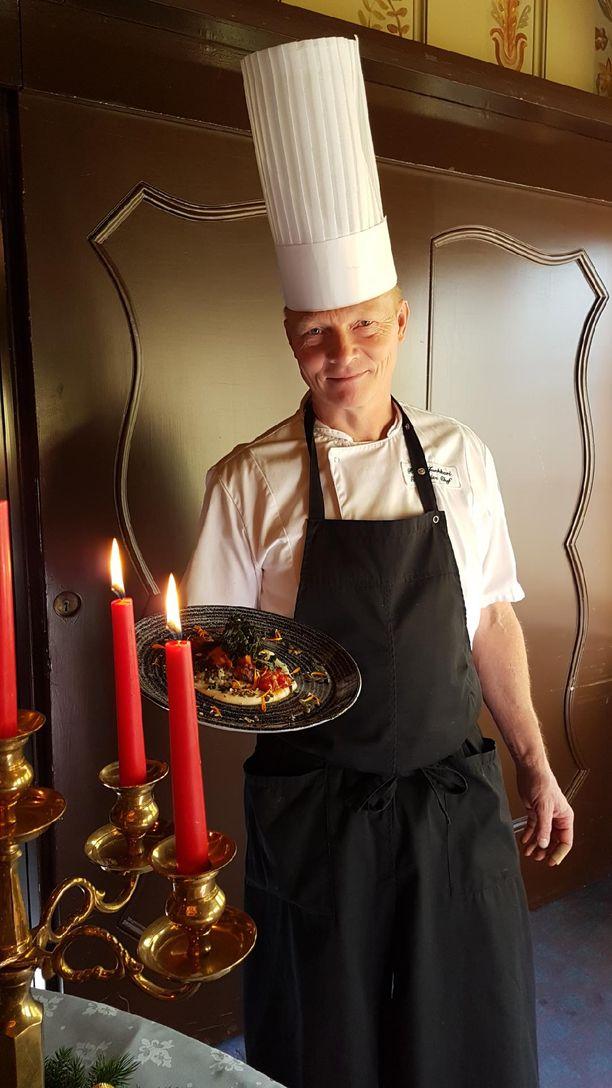 Reijo Junkkari ja vegaanisen joululounaan lautasella tarjoiltava kurpitsainen pääruoka.