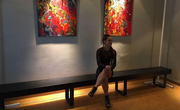 Näyttely jännittää vähän sen myötä, että tässä on niin henkilökohtaisia asioita. Toisaalta, mitä sitten? Minulle on tärkeintä, että maalaukset herättävä vain jotain tunteita, Wahlström sanoi.