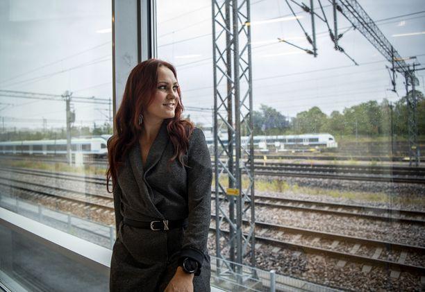 Mira Luoti julkaisee perjantaina uransa toisen sooloalbumin Haureuden valtatiel.