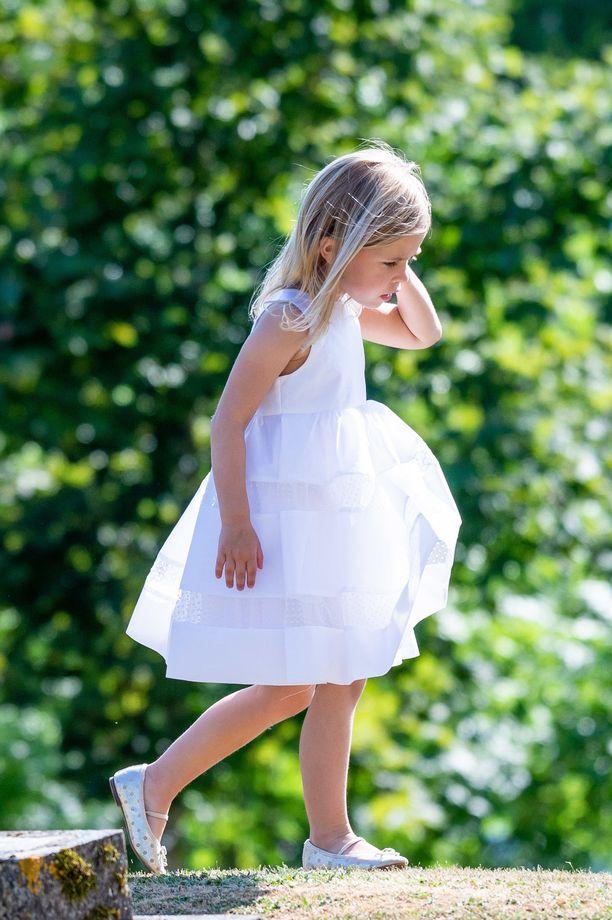Prinsessa Leonoren juhlaeleganssia äitinsä ystävän Louise Gottlieb ja Gustav Thottin häissä kesällä 2018.