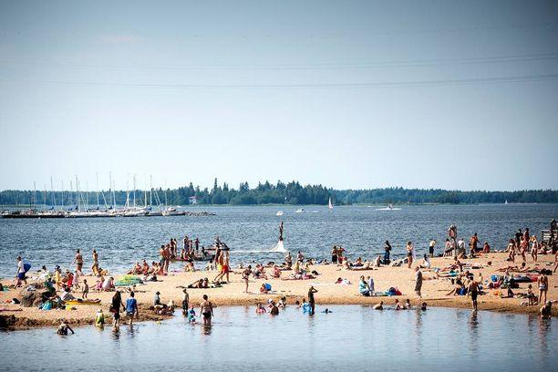 Sateet väistyvät ja helle palaa Suomeen ensi viikonloppuna. Kuva Vaasan Hietasaaren uimarannalta.
