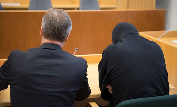 Syytetty mies myönsi kaikki teot oikeudessa, mutta hän kiisti syyllistyneensä varkauteen.