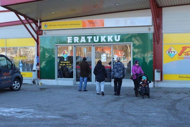 Myymälän edustalla olevissa kylteissä oli tiedote, jonka mukaan myynnin siirtyminen syynä ovat järjestelmätekniset syyt.
