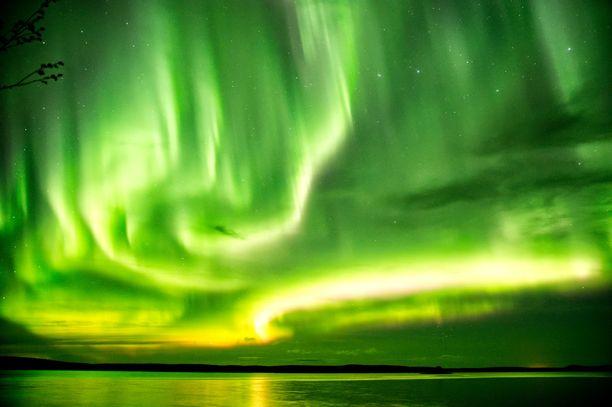 Revontulia voi havaita maanantaina–tiistaina jopa eteläisillä leveysasteilla, jos pilvipeite rakoilee.