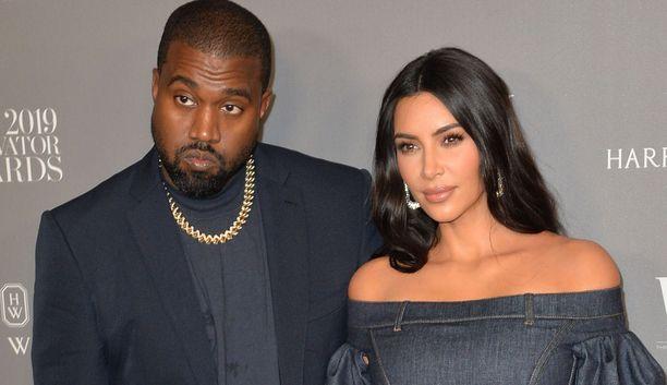 Lähteiden mukaan Kim Kardashian haluaa yhä kuumeisesti pelastaa liittonsa.