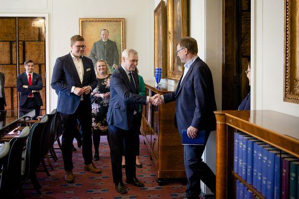 Hallitustunnustelija Antti Rinne tapasi sunnuntaina eduskunnassa keskustan puheenjohtajan Juha Sipilän ja eduskuntaryhmän puheenjohtajan Antti Kaikkosen.