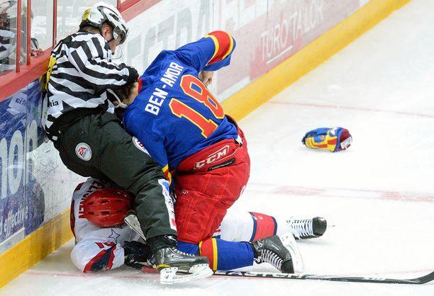 Ville Peltonen sai aivotärähdysen lauantain ottelussa.