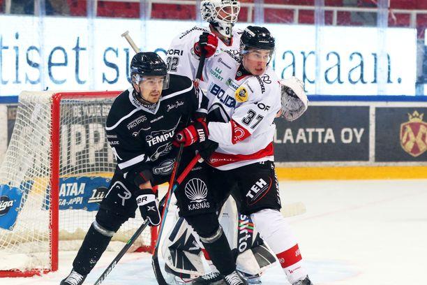TPS vei kolme pistettä, kun joukkue kohtasi Ässät lauantaina. Kuvassa Juhani Jasu (TPS), Rami Määttä (Ässät) ja maalivahti Rasmus Tirronen.