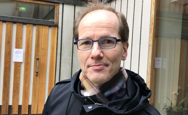 Tutkimusprofessori Timo Partonen suosittelee kaamosväsymyksen karkotukseen valohoitoa ja liikunnan harrastamista.