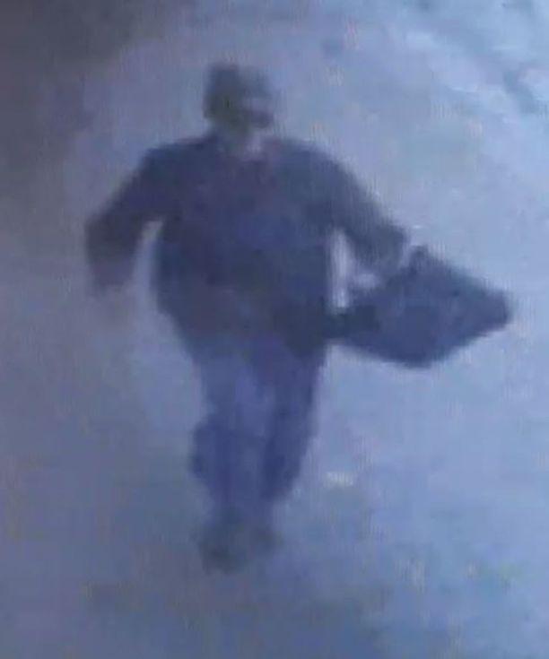Valvontakamerakuvaan tallentunutta miestä epäillään törkeästä ryöstöstä.
