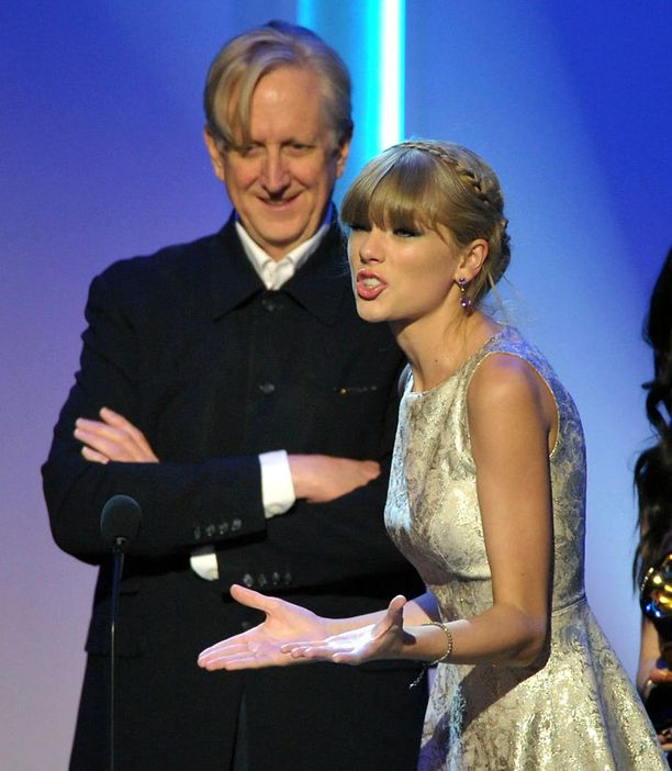 T-Bone Burnett ja Taylor Swift pokkasivat esigaalassa palkinnon parhaasta visuaalista mediaa varten kirjoitetusta kappaleesta. Palkittu biisi oli Nälkäpeli-elokuvasta tuttu Safe & Sound.