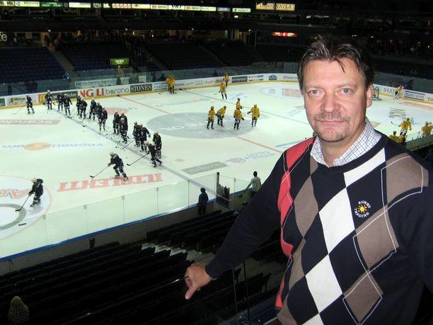TARKKAILIJA Päävalmentaja Jukka Jalonen vieraili torstaina Blues–KalPa-ottelussa, jossa hän näki kovakuntoisen kotijoukkueen.