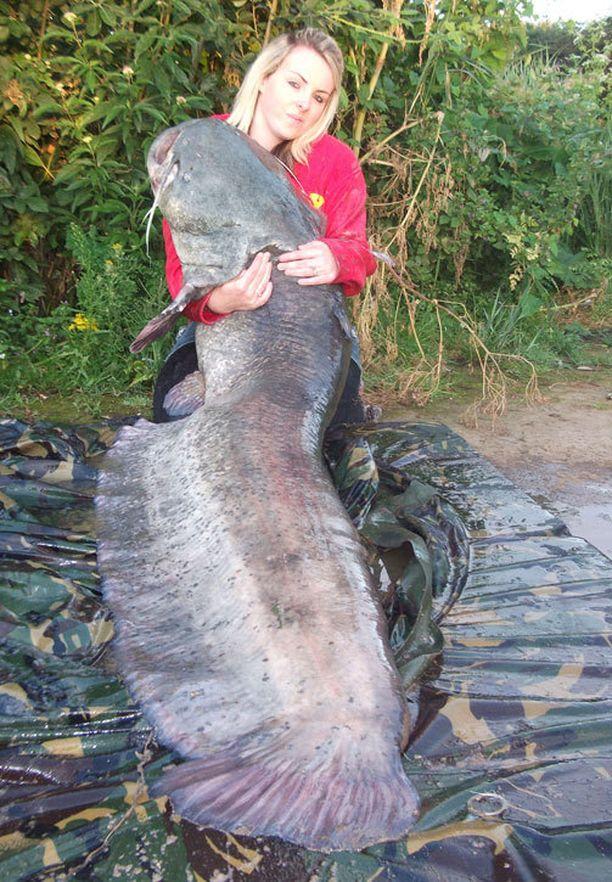 Parikymppinen nainen nappasi itseään reilusti isomman kalan.