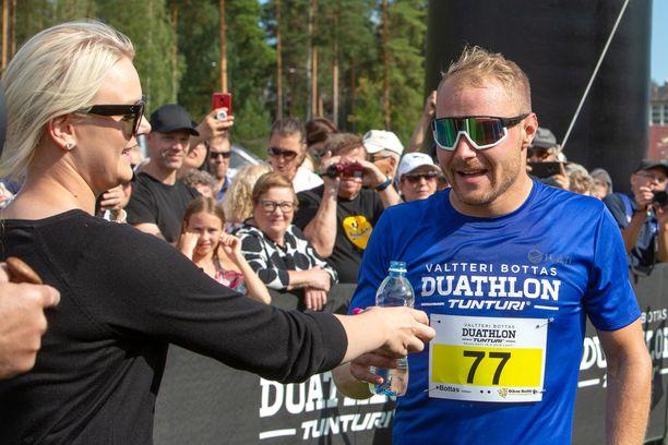 Emilia-vaimo tarjoili Valtteri Bottakselle janojuomaa kisan jälkeen.