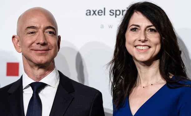 Raha ei tuo onnea. Maailman rikkain mies Jeff Bezos ja hänen vaimonsa MacKenzie Bezos ilmoittivat keskiviikkona päätyneensä avioeroon.