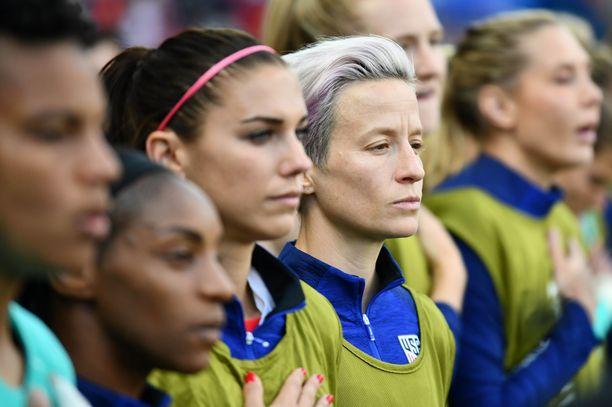 Ranskan MM-kisoissa Rapinoe on seissyt hiljaa kansallislaulun aikana. Hän ei pidä kättään sydämensä päällä, kuten yhdysvaltalaisilla usein on tapana.