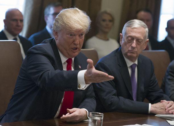 Presidentti Donald Trumpin ja puolustusministeri Jim Mattisin (oik.) henkilökemia ei toiminut.