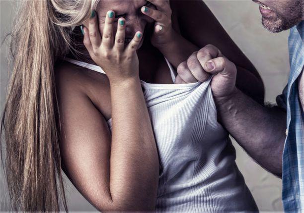 Uniltaan herätetyt lapset itkivät oven takana, kun isä pahoinpiteli äitiä vessassa (kuvituskuva).