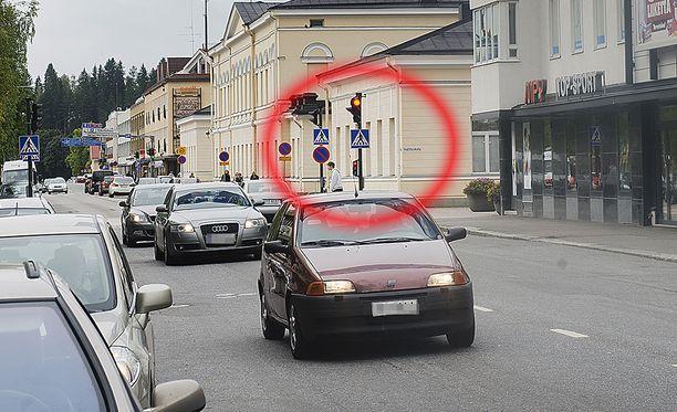 Kaahari ajoi Maaherrankadun punaisten valojen läpi sataa kilometriä tunnissa. (Kuvan autot eivät liity tapaukseen).