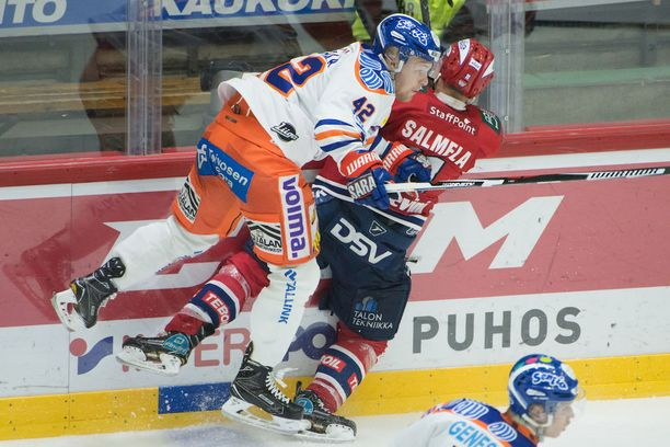 Tappara on tukkinut tehokkaasti IFK:n reitit tamperelaisten puolustusalueelle, kuten Otto Rauhala näyttää taklaamalla Saku Salmelaa. Tappara johtaa voitoin 3-1. Illan toinen ottelupari KalPa-JYP jatkuu tilanteesta 2-2.