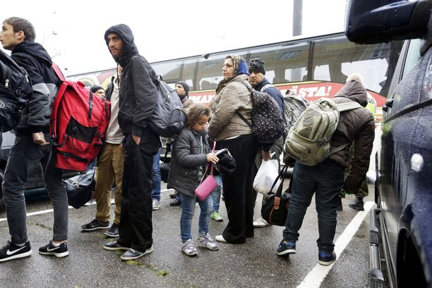 Turvapaikanhakijoita saapui Suomeen ennätysmäärä syksyllä 2015. Kuvassa heitä on siirtymässä järjestelykeskukseen.