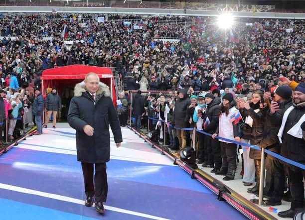 Vladimir Putin voittaa vaalit, mutta äänestysaktiivisuutta kannattaa seurata. Äänestysprosentin on oltava tarpeeksi korkea, jotta Putinin saa aidon legitimiteetin jatkolleen. Kuva Putinin suuresta vaalitilaisuudesta Moskovassa.