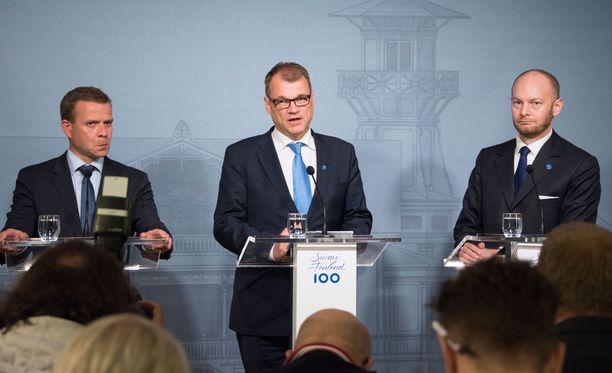 Lyhyessä tiedotustilaisuudessa Sipilä, valtiovarainministeri Petteri Orpo (kok) ja Eurooppa-, kulttuuri- ja urheiluministeri Sampo Terho (s) vastailivat toimittajien kysymyksiin.