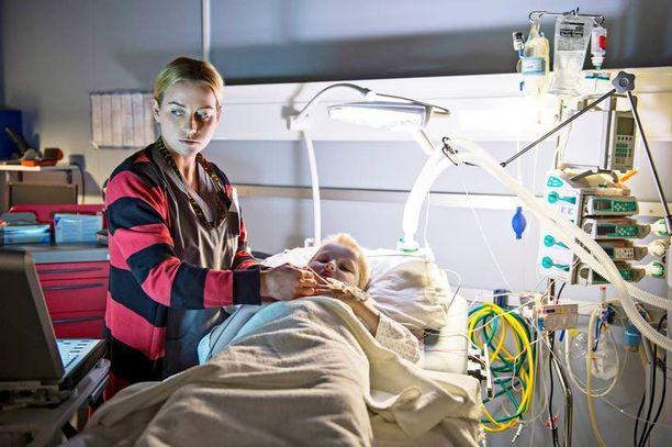 Sykettä varten Kuustonen opetteli ottamaan verikokeita ja kävi seuraamassa sairaalassa leikkauksia. Sarjassa näyttelemisen myötä Kuustosen arvostus sairaanhoitajien tekemää työtä kohtaan on noussut uusiin ulottuvuuksiin. – He tekevät todella rankkaa työtä pienellä palkalla.