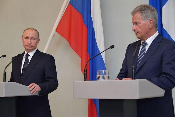 Venäjän presidentti Vladimir Putin (vas.) ja Suomen tasavallan presidentti Sauli Niinistö puhuivat lehdistötilaisuudessa torstaina.