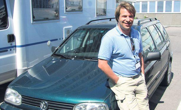 KIINNOSTUNUT Jiri Räsänen kertoo seuraavansa tarkkaan, miten Golfin moottori ja polttoainejärjestelmä reagoivat muutokseen.