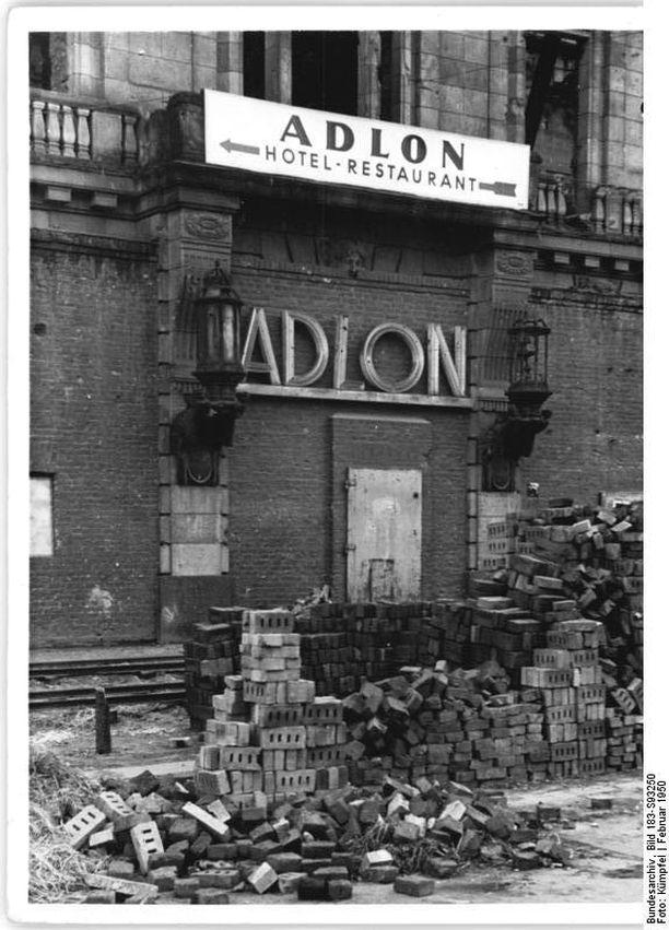 Adlonin ensimmäinen loistokausi päättyi toiseen maailmansotaan. Tältä hotellin rippeet näyttivät vuonna 1950.