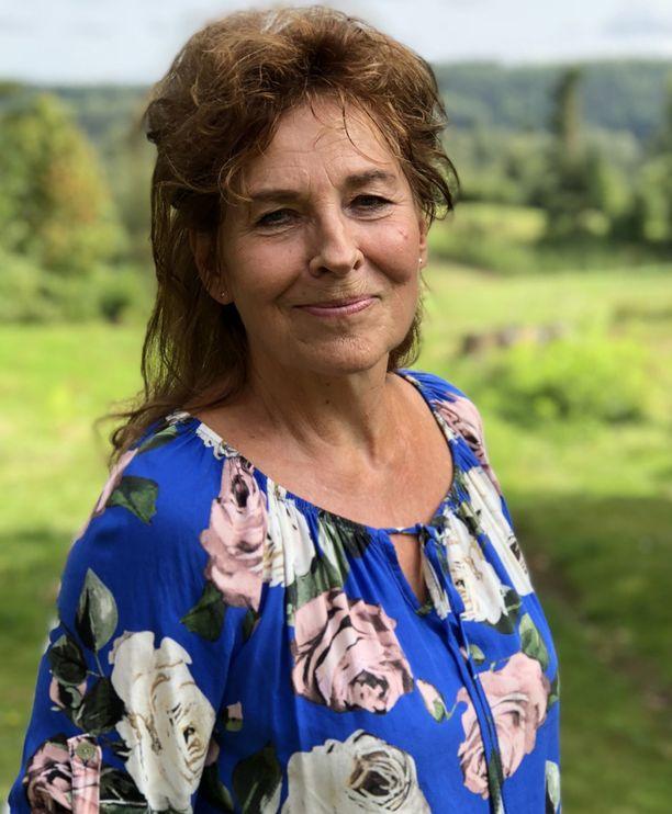 Parisuhdekouluttaja ja työnohjaaja Meri Saarnilahti-Becker kertoo, että omien narsististen piirteiden työstäminen on ollut pitkä prosessi.