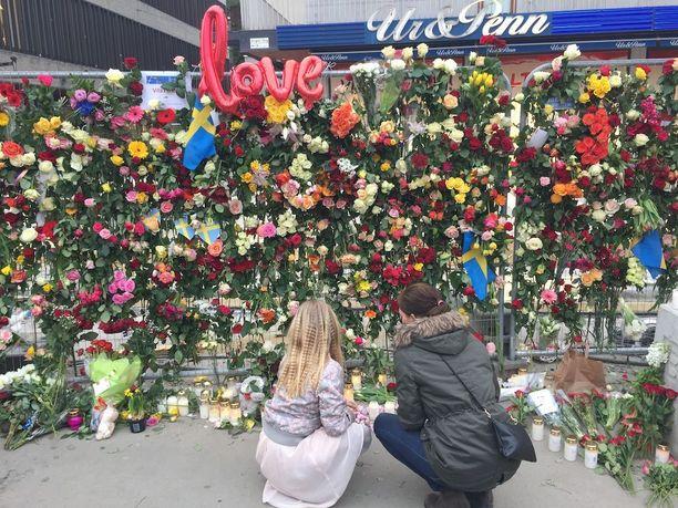 """Therese Lagerstrand kävi viemässä ruusuja Åhlensin edustalle tyttärensä Felician kanssa. """"Mieheni ja toinen tyttäreni olivat Drottninggatanilla juuri ennen iskua, mutta he ehtivät metroon ennen kuin kuorma-auto ajoi väkijoukkoon. Olemme kaikki hyvin järkyttyneitä tapahtuneesta, Lagerstrand sanoi."""